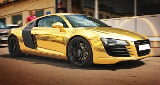 سيارة تم تجليدها باللون الذهبي