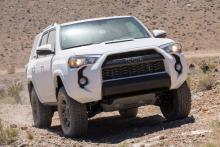 سيارة Toyota 4Runner مسرعة في منطقة صحراوية